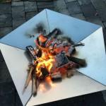 Feuerschale Edelstahl wird befeuert